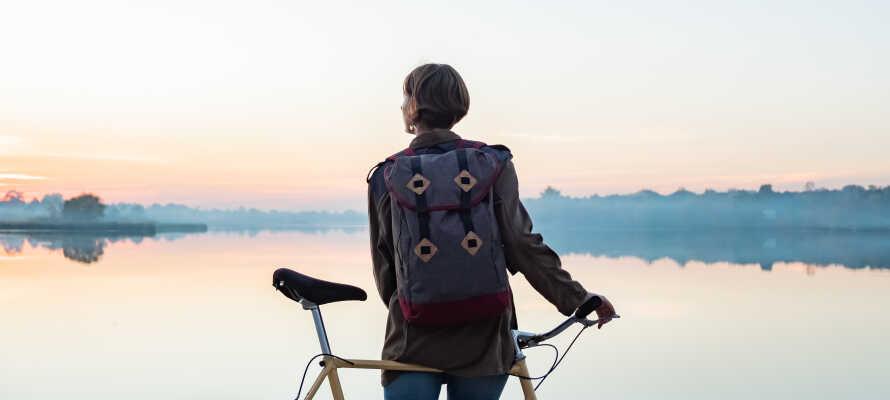 Hotellet har en central beliggenhed i den charmerende havneby, Motala, lige ved ved Göta-kanalen, hvor der er gode cykelruter.