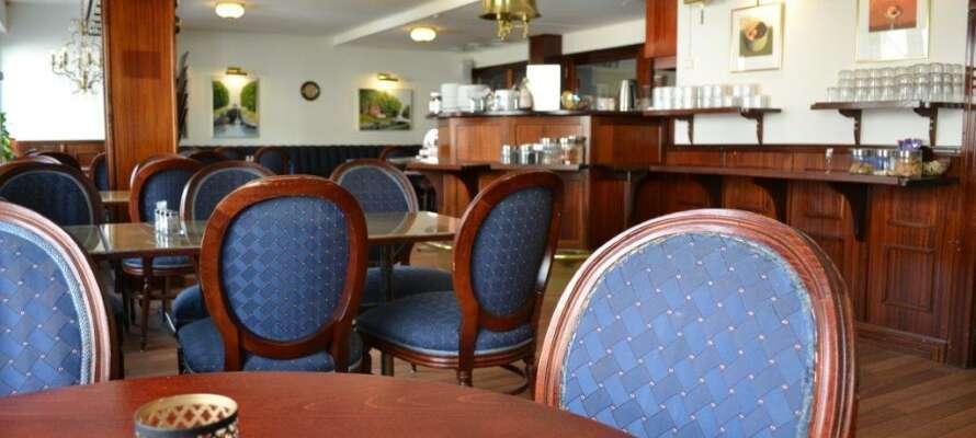 Oppholdet inkluderer halvpensjon og hotellets restaurant byr på middagsbuffet noen dager og en varm hovedrett andre dager.