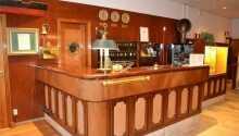 Hotellet är inrett med ett maritimt tema och personalen erbjuder personlig service.