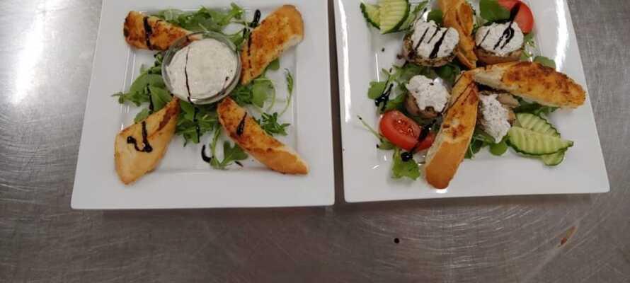 Hotellets restaurang är välkänd för sina duktiga kockar som lagar underbar mat.