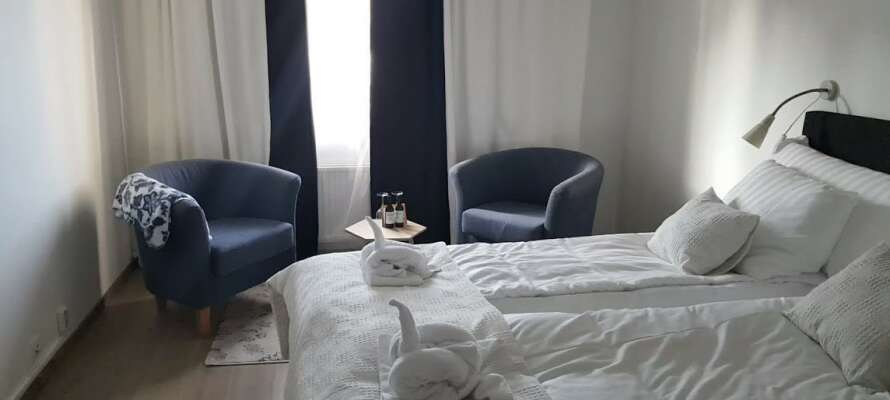 Njut av en härlig semester i nyrenoverade lokaler, med bedårande utsikt från rummen.