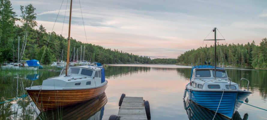 Utforska vackra Tivedens Nationalpark eller åk på utflykt till Djäknesundet och Ombo öarna.