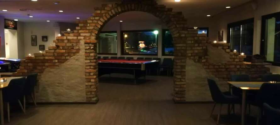 Nehmen Sie einen Drink im gemütlichen Pub, wo auch ein paar Mal pro Monat Live-Musik veranstaltet wird.
