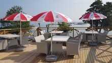 Nehmen Sie Kaffee und Zeitung mit auf die Terrasse hinaus, und genießen Sie die schöne Aussicht.