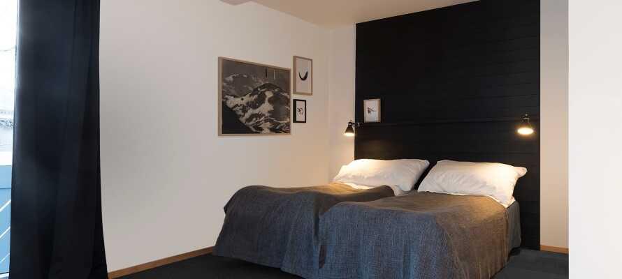 Alle Zimmer sind mit Balkon, eigenem Bad, bequemen Betten und Fernseher ausgestattet.