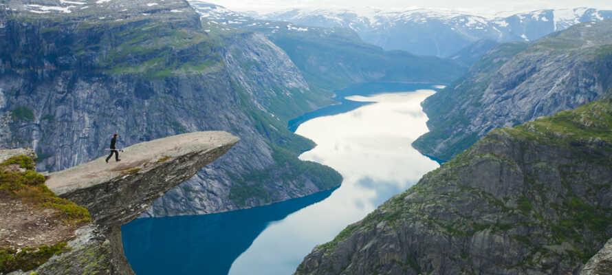 Machen Sie einen aufregenden Familienurlaub im spektakulären Norwegen, mit Ausflug zum Trolltunga, unweit des Hotels.