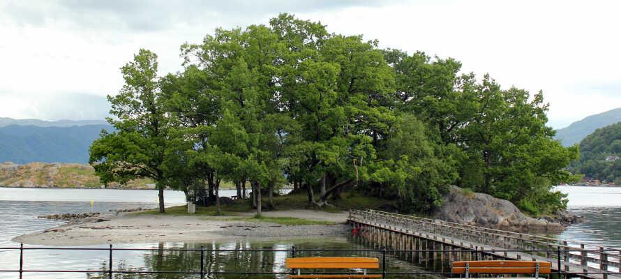Njut av sol och bad under sommaren ute på badön Peparen som ni når via en gångbro från fastlandet.