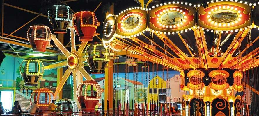 Det er mange familievennlige attraksjoner og aktiviteter, slik som innendørs fornøyelsespark, animasjonsprogram og kids club.