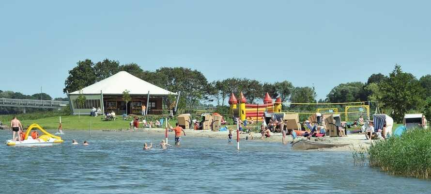 Entspannen Sie am hoteleigenen See mit den schönen Sandstränden, wo Sie baden und Beachvolleyball spielen können.