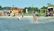 Hotellet har sin egen private sandstrand ved søen, hvor der kan bades, tumles og spilles beachvolley.