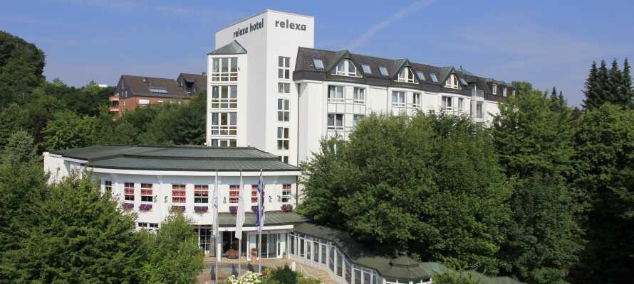 Hotellet har en rolig beliggenhet i de grønne åsene i spa-byen Bad Salzdetfurth, mellom Hannover og Harz.