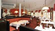 Hotellets restaurang serveras god mat i en inbjudande miljö med öppen spis och terrass.
