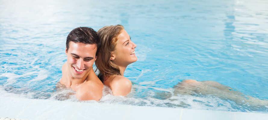 Slap af i hotellets spaområde med vandfald, swimmingpool, Jacuzzi og sauna.