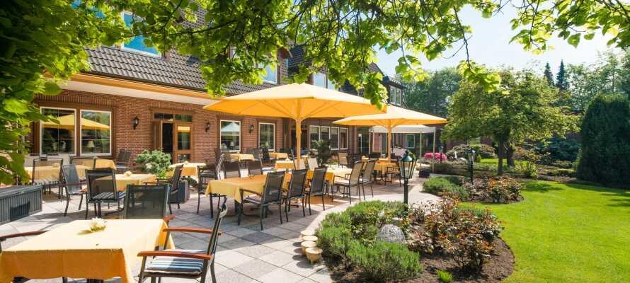 Nyt livet i hotellets romslige utendørsområde, med rolige stunder i den vakre hagen, eller på terrassen.