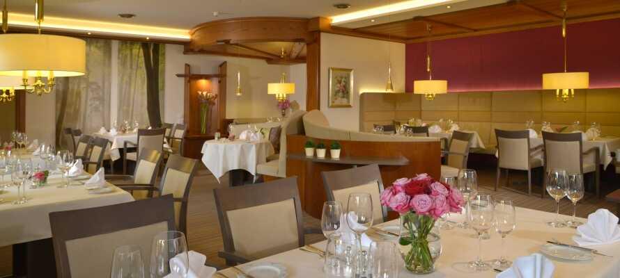 Nyt utsøkte lokale, regionale og internasjonale retter i den hyggelige og innbydende restauranten.