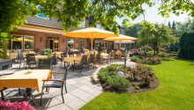 Hotellets store utendørsområde med hage og terrasse, inviterer til avslappende stunder.