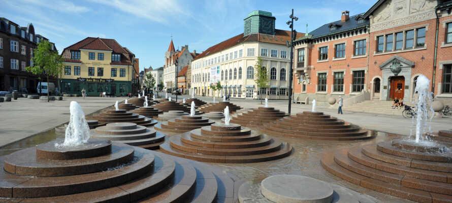 Hotellets centrale beliggenhed i hjertet af Danmarks fjerdestørste by, Aalborg, giver jer masser af oplevelser og seværdigheder indenfor kort afstand.