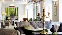 Hotellets nydelige loungeområde indbyder til hygge og afslapning mellem oplevelserne i Aalborg.