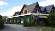 Die Alte Direktionsvilla Kupfermühle liegt am Rande eines Waldes im norddeutschen Kupfermühle an der Flensburger Förde.