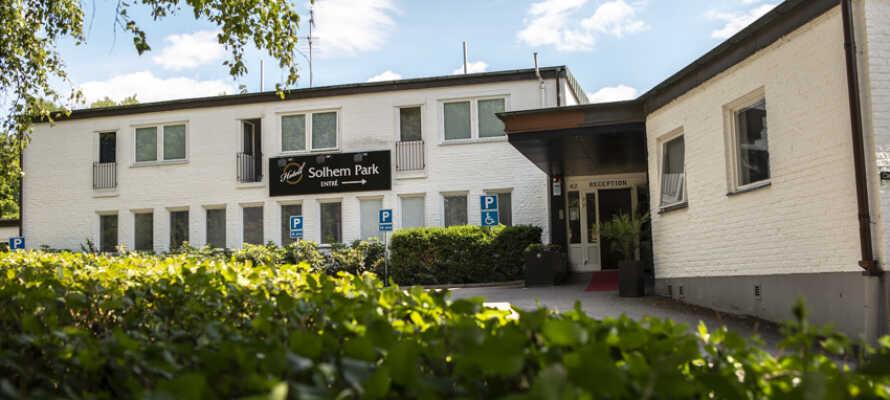 Hotell Solhem Park ligger i en rolig bydel med fine grønne omgivelser.