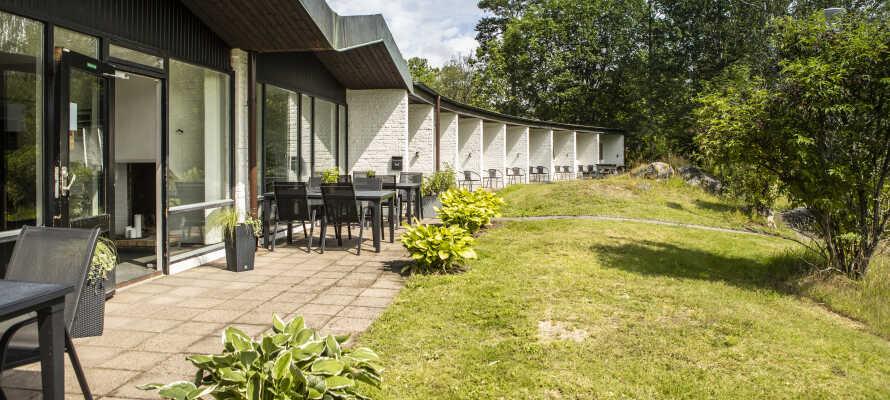Når vejret tillader det kan I tage et spil badminton eller kongespil i hotellets hyggelige have.