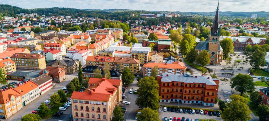 Entdecken Sie das charmante Zentrum von Borå, das viele Einkaufsmöglichkeiten, Kultur und Sehenswürdigkeiten bietet.