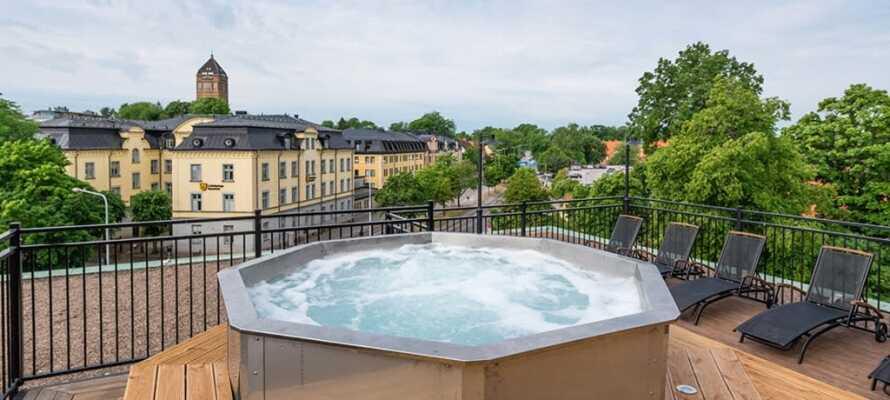 På hotellets lekre takterrasse kan dere slappe av og nyte utsikten fra boblebadet som varmes opp året rundt.