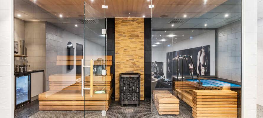 Das Hotel bietet verschiedene Entspannungsmöglichkeiten mit Sauna, unbeheiztem Innenpool und einer Dachterrasse mit Whirlpool.