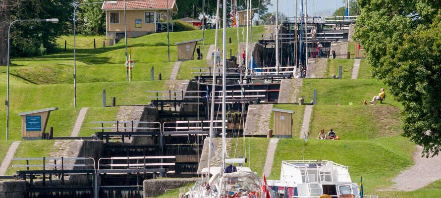 Kjør en tur ut til det vakre sluseområdet, hvor Göta-kanalen munner ut i Roxen-sjøen.