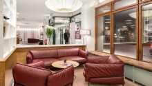 Das Hotel bietet verschiedene Entspannungsmöglichkeiten mit Sauna, Kaltwasser-Innenpool und einer Dachterrasse mit Whirlpool.