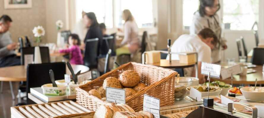 Ein gutes Frühstücksbuffet wird jeden Morgen in den freundlichen Räumlichkeiten des Hotels serviert.