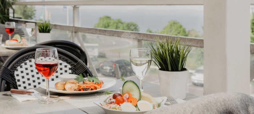 Skjem dere selv bort med god hjemmelaget mat i hotellets flotte restaurant, hvor det er utendørs terrasse og vinterhage.