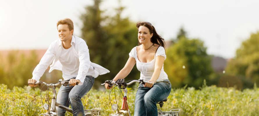 Närheten till natur och strövområden i skogen ger er goda möjligheter till vandring och cykling.