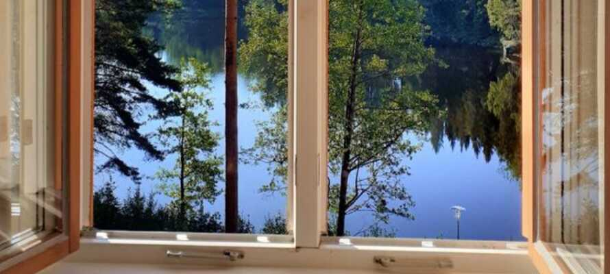 I hotellets restaurang och bar kan ni avnjuta läckra svenska rätter med härlig utsikt från terrassen.
