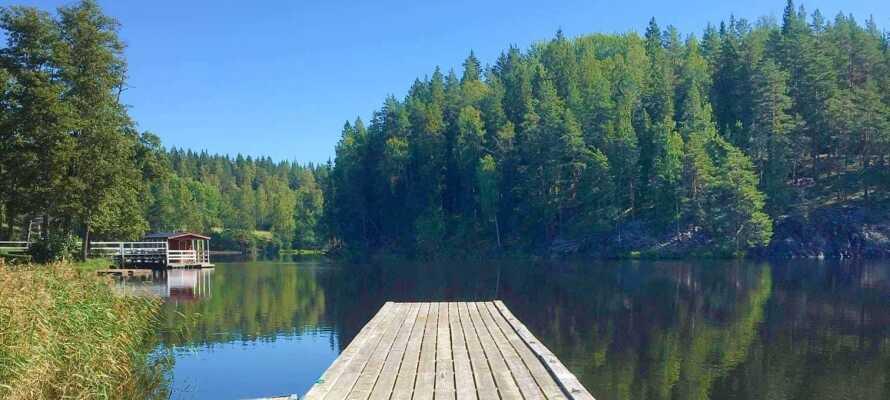 Lämna vardagens stress hemma och koppla av med utomhus-bastu vid sjön.