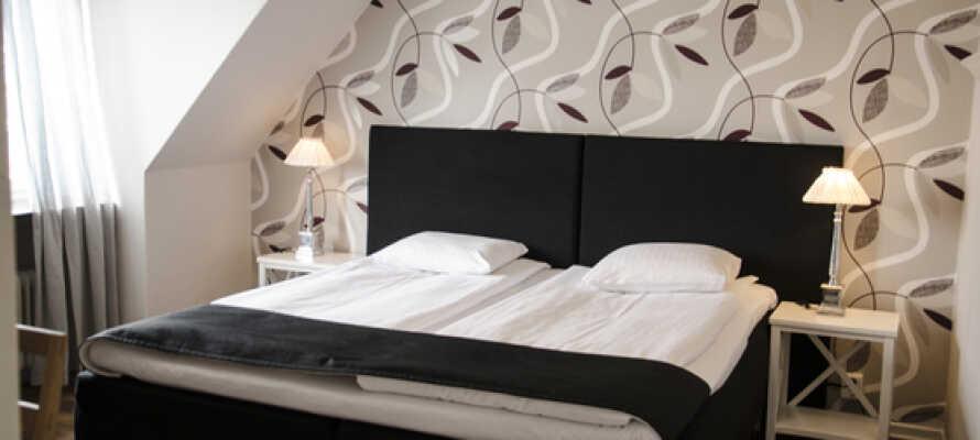Bo behageligt på Gillet Hotel & Restaurant, som ligger i et roligt område i Gamla Stan ved Köpingsån.