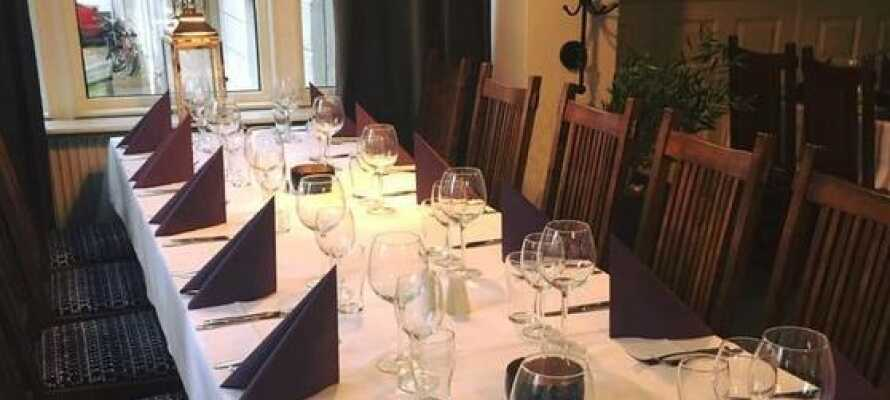 Hotellet har en atmosfærisk og behagelig restaurant, der serverer god mad og lækre drinks i baren.