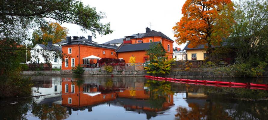 Opplev Köpings rike forsyningssamfunn med vakre bygninger, den gamle bydelen, Köping-elven og interessante museer.