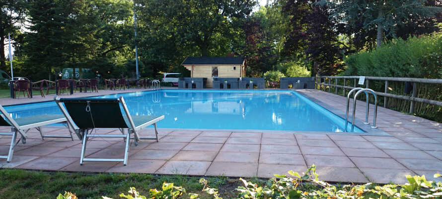 Der er en dejlige have ved hotellet samt udendørs opvarmet pool om sommeren.