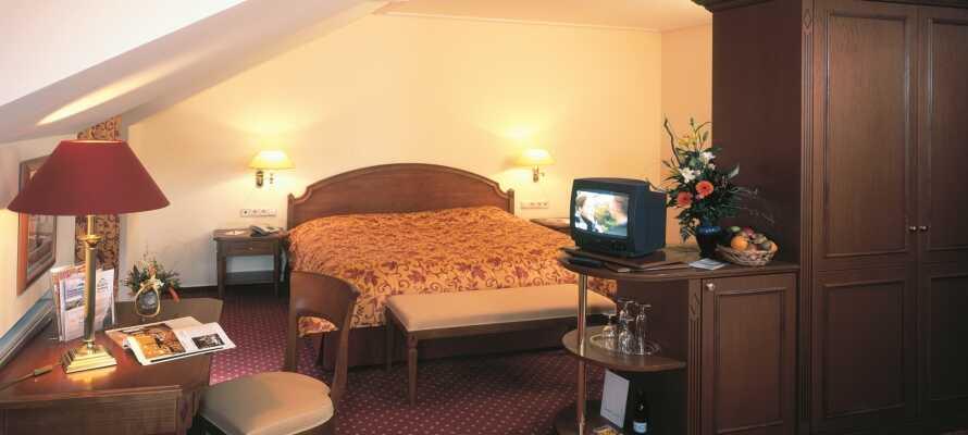 Njut av god sömn och en bekväm utgångspunkt i de traditionella hotellrummen.
