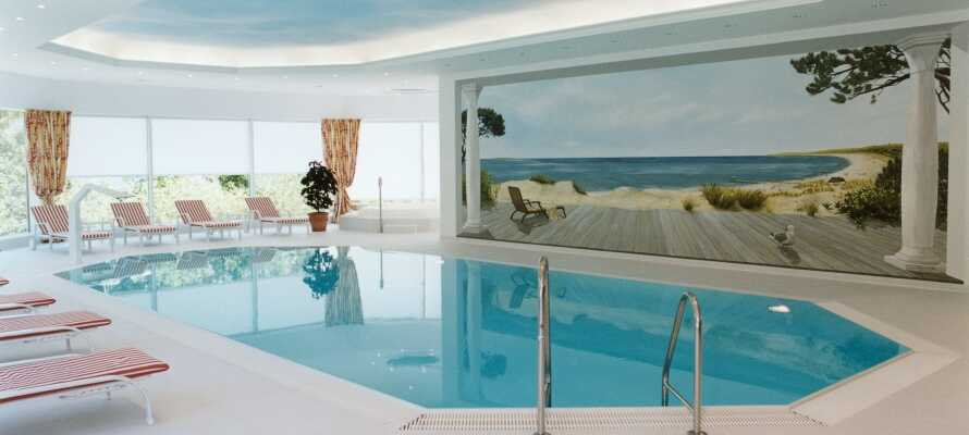 Finden Sie Erholung und Entspannung im 500 m² großen Wellnessbereich mit Hallenbad, Sauna, Fitnessraum und Solarium.