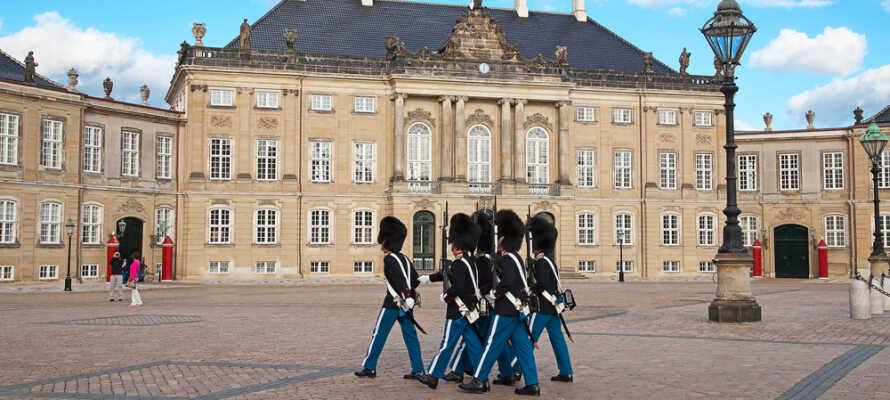Læg vejen forbi Amalienborg, og oplev den royale atmosfære.