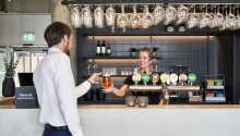 Slap af med en drink i hotellets hyggelige bar.