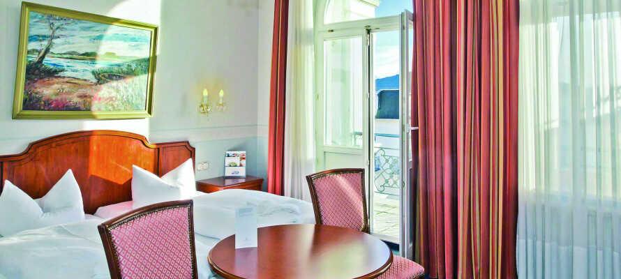 Die geräumigen und eleganten Zimmer verfügen alle über einen Wohnbereich mit Terrasse oder einen Balkon und bieten ein hohes Maß an Komfort.