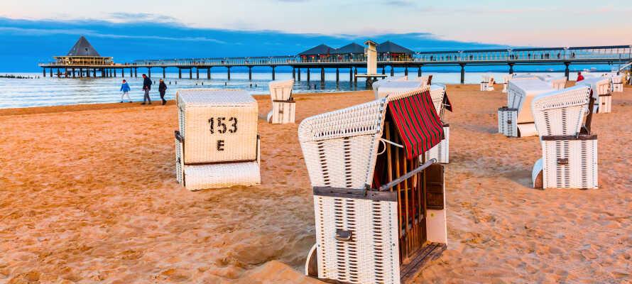 Machen Sie einen herrlichen Strandspaziergang entlang des schönen historischen Piers in Heringsdorf.