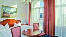 Exempel på ett av hotellets dubbelrum med balkong.