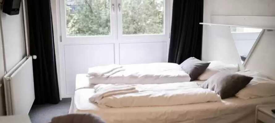 Alle Zimmer bieten ein eigenes Bad und WC, bequeme Betten, einen Fernseher und Möbel im klassischen Design.