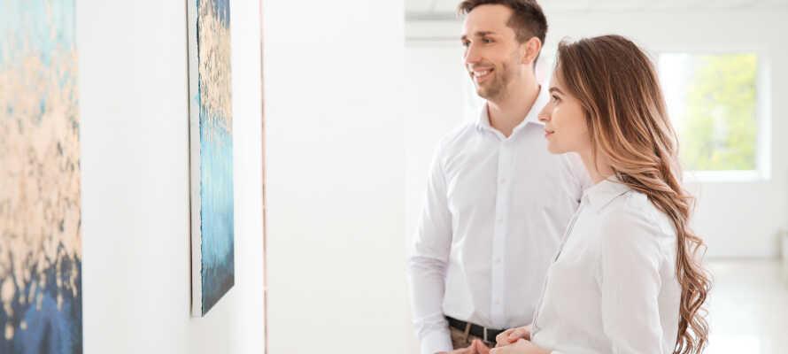 Machen Sie einen Ausflug mit Freunden ins HEART Kunstmuseum in Herning, das interessante Kunstausstellungen in modernem Ambiente bietet.