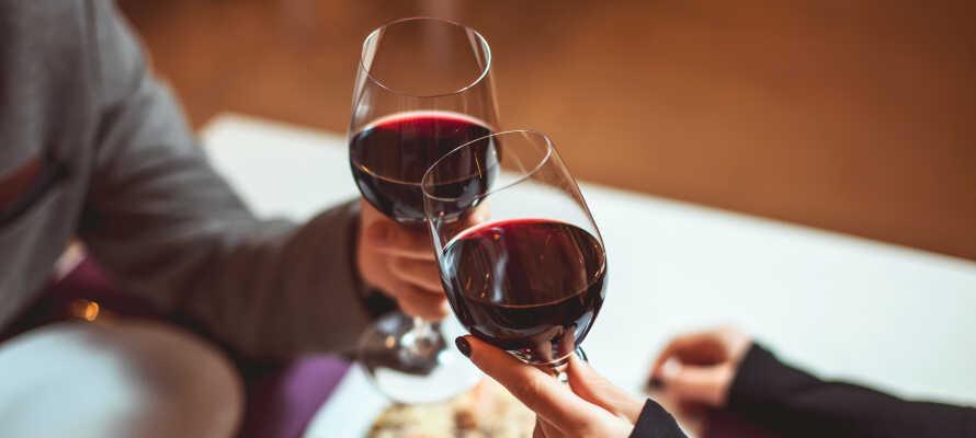 Avnjut läcker mat och goda viner i hotellets inbjudande och charmiga restaurang.