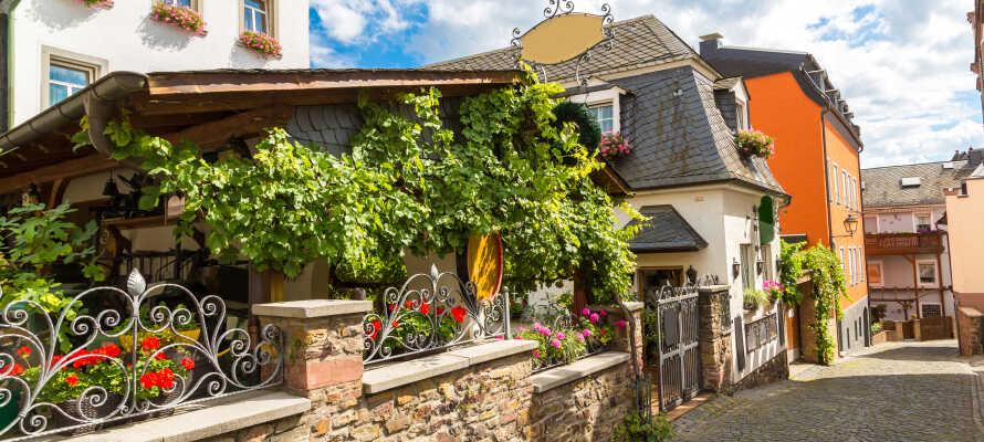 Besøk den sjarmerende vinbyen Rüdesheim am Rhein, som huser den populære gågaten Drosselgasse.